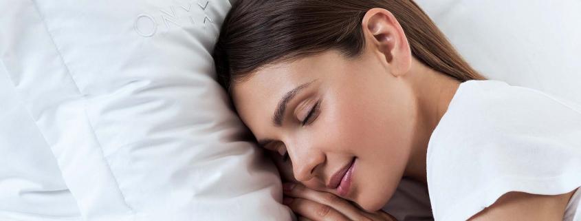 אשה ישנה על כרית לבנה