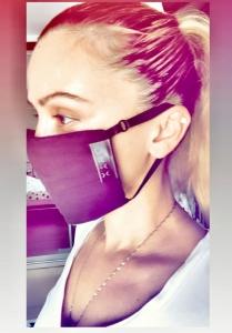 אשה לובשת מסכת פנים אוניקס